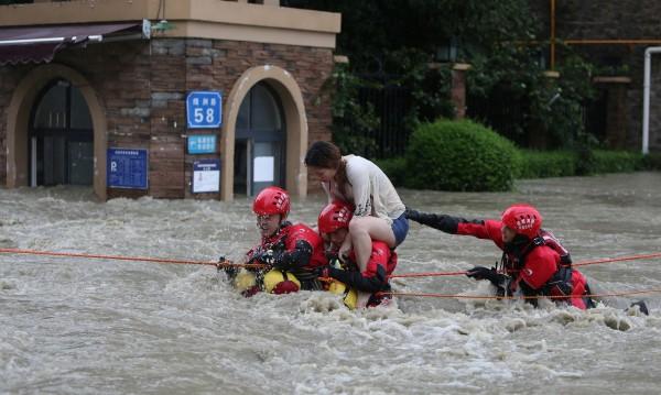Жега в Япония, наводнения в Китай, тайфун във Виетнам