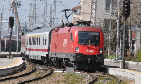 Влак помете жена, стояла на жп линията в Първомай