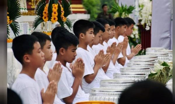След премеждието: Момчетата от Тайланд стават будистки послушници