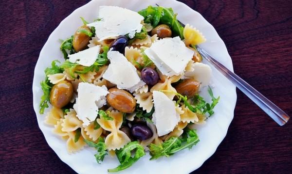 Рецептата Dnes: Салата с паста, маслини и сирене фета