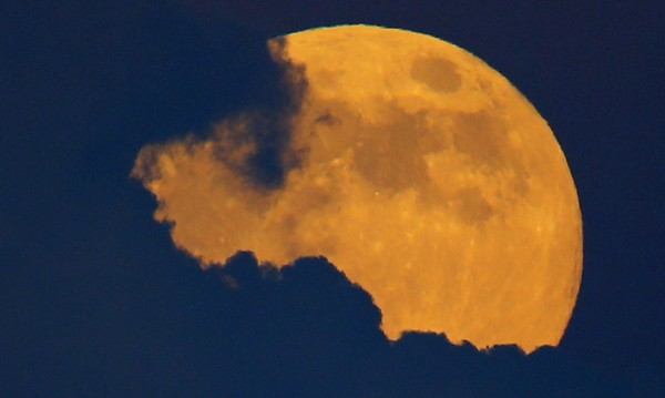 Утре: Кървава луна и най-дългото лунно затъмнение за века!