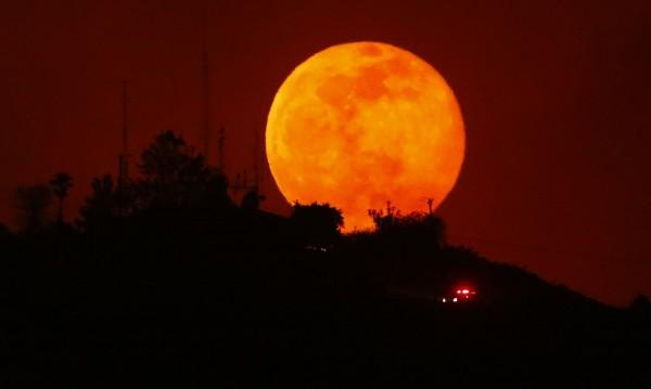 Небесно шоу: Марс приближава Земята, тя закрива Луната