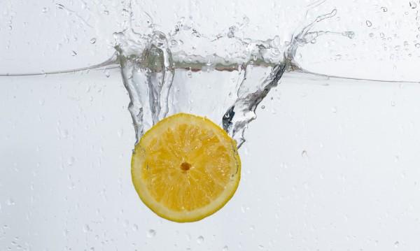 За какво помага водата с лимон?
