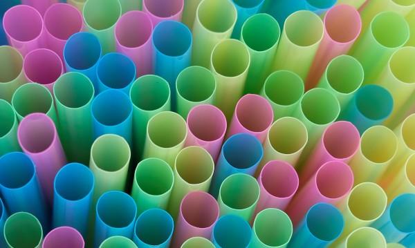Да кажем край на пластмасовите сламки! Но с какво да ги заменим?