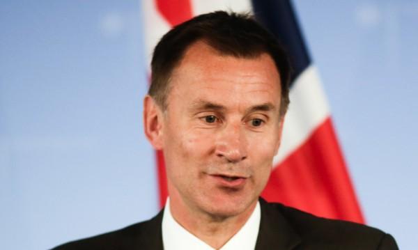 Японка, китайка? Британски министър обърка жена си!