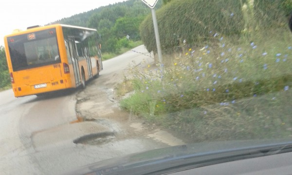Зиме, лете... Вода по пътя за Бистрица. А отскоро – и дупки!