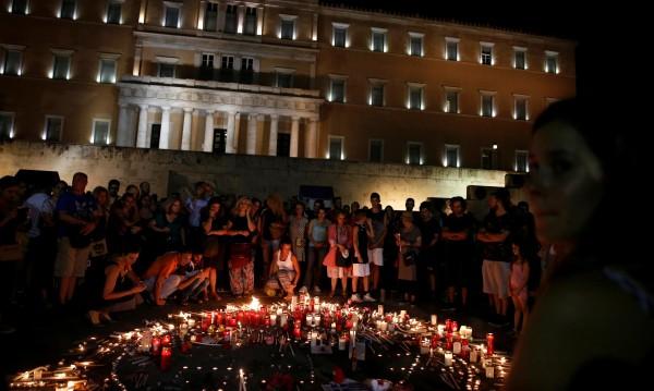 Атина тъгува! Стотици със свещи за жертвите от пожарите