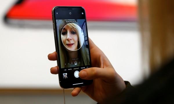 Apple продава по-малко, но пък по-скъпи iPhone-и