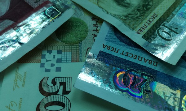Заплата в плик и невнесени осигуровки. Колко губи всеки?