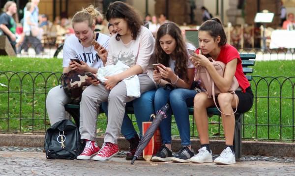 Франция със закон: Край на телефоните в училище