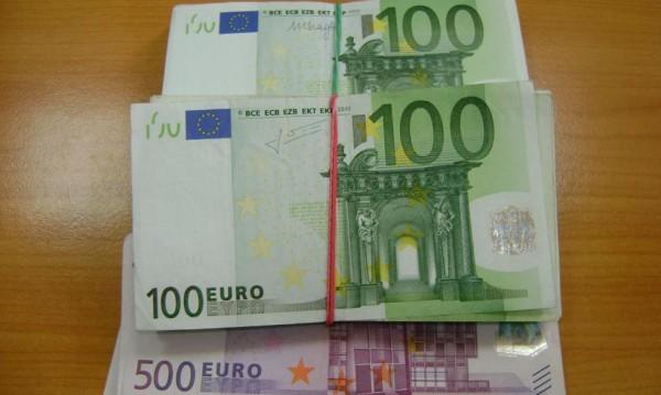 Тяло за милиони! Жена крила евро – в сутиена, под клина...