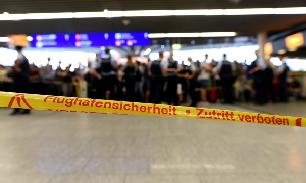 Пробив в сигурността затвори летището в Бремен