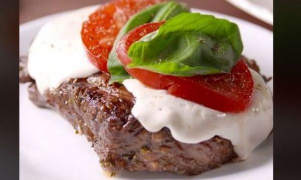 Рецептата Dnes: Вкусен стек с моцарела и марината