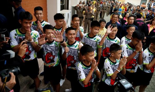 Гражданство за четирима от спасения от пещера в Тайланд футболен отбор
