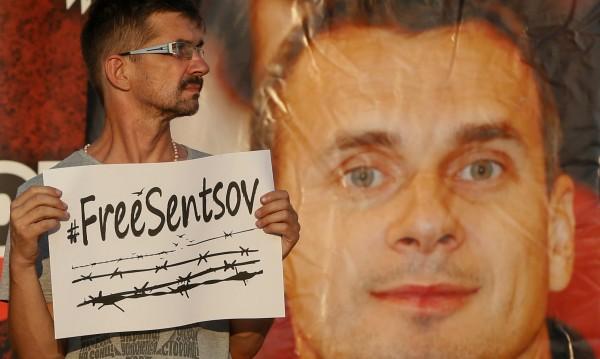 ЕС зове Русия да помогне на гладуващия Сенцов