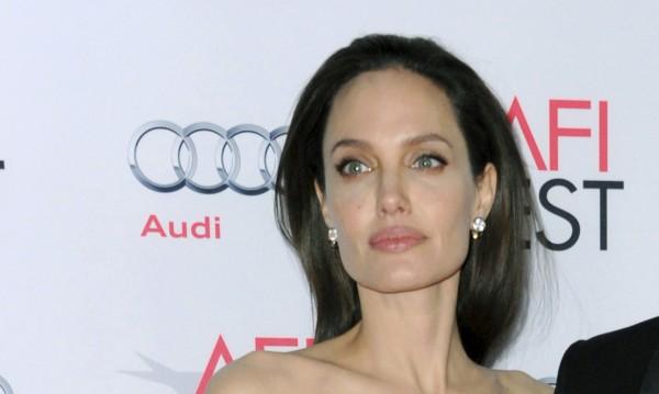 Джоли влезе в болница. Тежи едва 44 кг