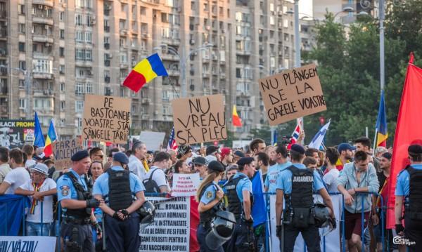 Хиляди в Букурещ за трети ден: Стига корупция!