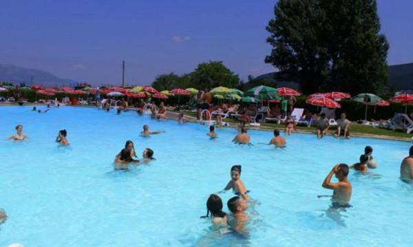 Юмруци до басейна: Роми биха мъж, не ги пуснал на плаж!