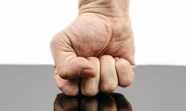 След дрязга – баща преби щерка си, счупи ръка на приятелката й