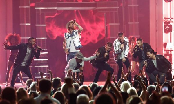 Арка рухна преди концерт на Backstreet Boys, 14 ранени