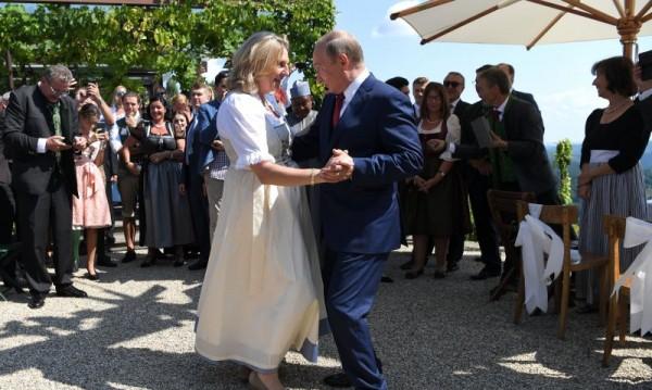 Тъпа музика, сбъркан такт... Путин. Честито, г-жо Кнайсл!
