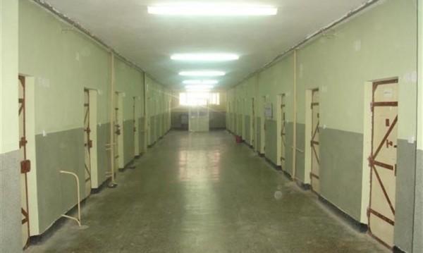 Шеф на затвор ще търка нара, искал по 3 бона от бъдещите си съкилийници