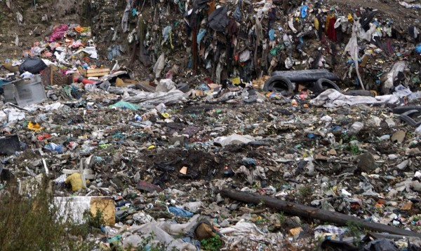 Ужас на сметище: Намериха труп на новородено
