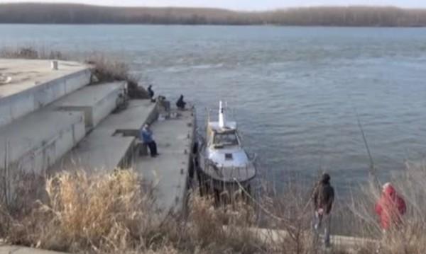 Критично ниво на Дунав: Два кораба заседнаха!