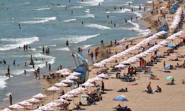 Проблемните плажуващи: Пияни туристи и разсеяни родители