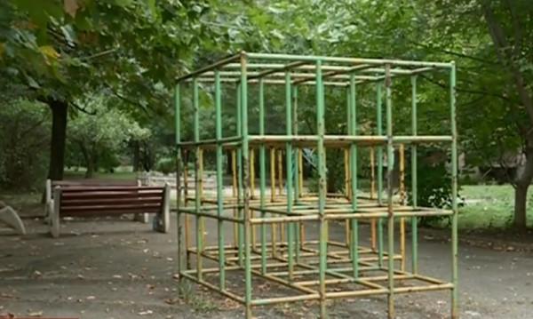 От играчка - плачка: Дете падна от опасна катерушка в София