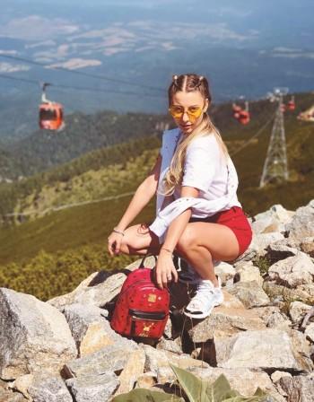 Михаела Маринова отмаря с гаджето в планината