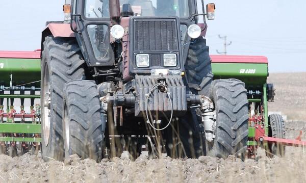 Трактор се преобърна в дере, мъж загина