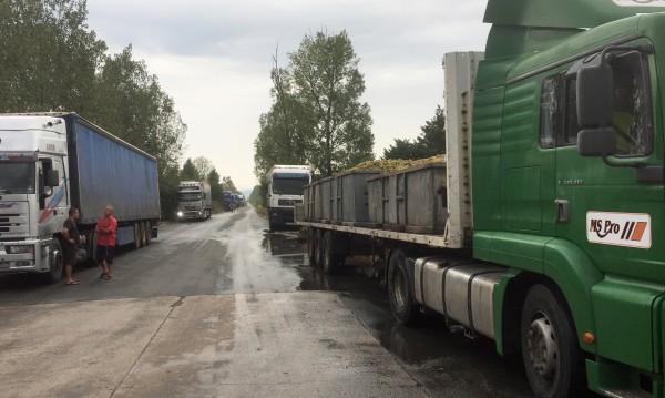 Камиони с грозде блокирани пред завода на Миню Стайков