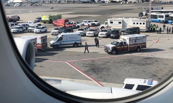 Самолет под карантина в Ню Йорк заради болни пасажери