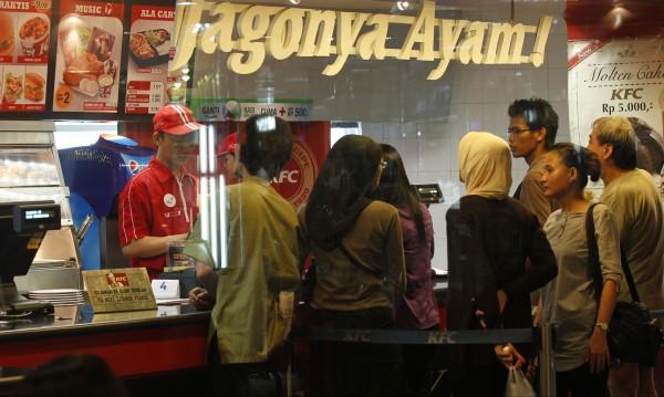 Сама жена на ресторант? В Индонезия няма да й сервират!