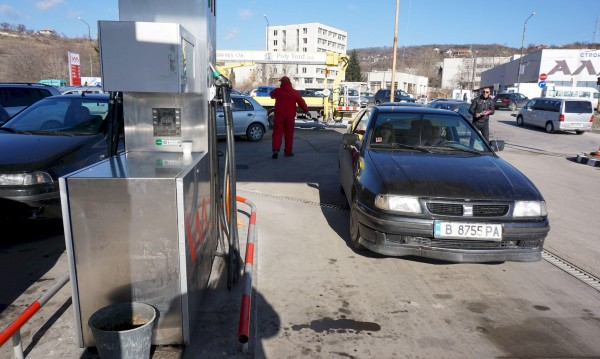 Пътуваме повече, но и си плащаме: Дизелът и бензинът гонят рекорди!