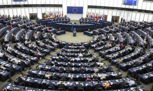 От ЕП: Юнкер трябваше да спре Меркел за миграцията