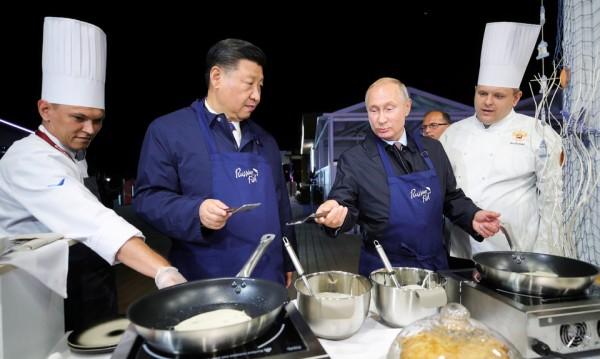 Семейна идилия: Путин сготви палачинки на Си Дзинпин