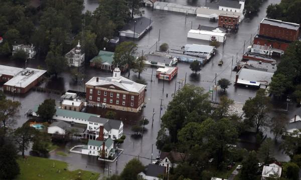 Бурята Флорънс отслабна, но наводненията продължават
