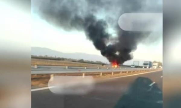 """Кола пламна на """"Тракия"""" и предизвика задръстване"""