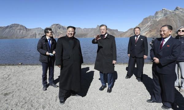 Мун и Ким изкачиха връх Пекту, свещен в двете Кореи