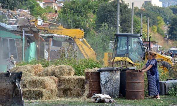 Багери влязоха и ринаха из гетото в Кюстендил