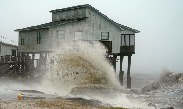 """""""Майкъл"""" вече е над Флорида, очакват се много щети"""