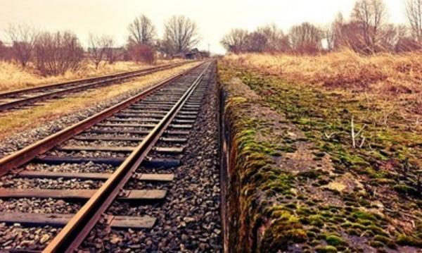 Помощник-машинист се метна от влака, остана на място
