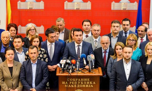 Буквално с 1 глас: Македония прие промени за смяна на името