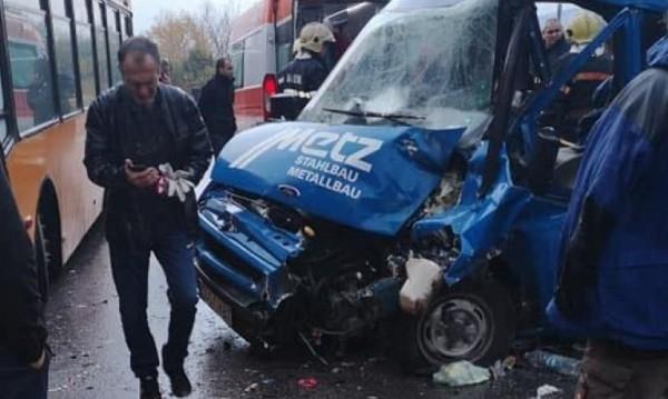 Трима мъже пострадали при тежкото ПТП до Бистрица