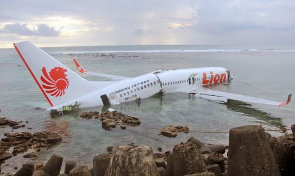 Индонезийски Boeing се разби в морето край Джакарта