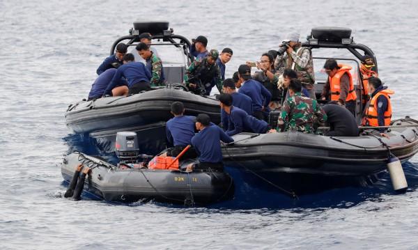 Откриха човешки останки от разбилия се индонезийски самолет