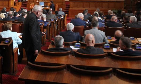 На гърба на насъщния... Власт и опозиция в нова схватка за ДДС-то