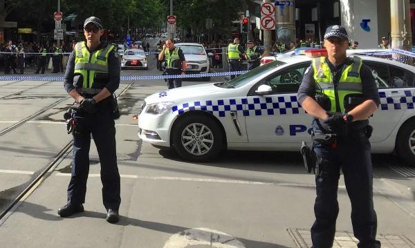 Мелбърн: Мъж нападна с нож полицаи, един човек е убит